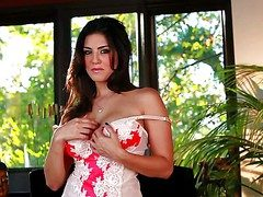 Dark haired and really horny brunette tot Sunny Leone is